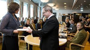 Rollespill. Arbeidsminister Bjurstrøm og leder av ekspertutvalget Anstein Mykletun øver på sketsj som senere skal fremføres på pressekonferanse.